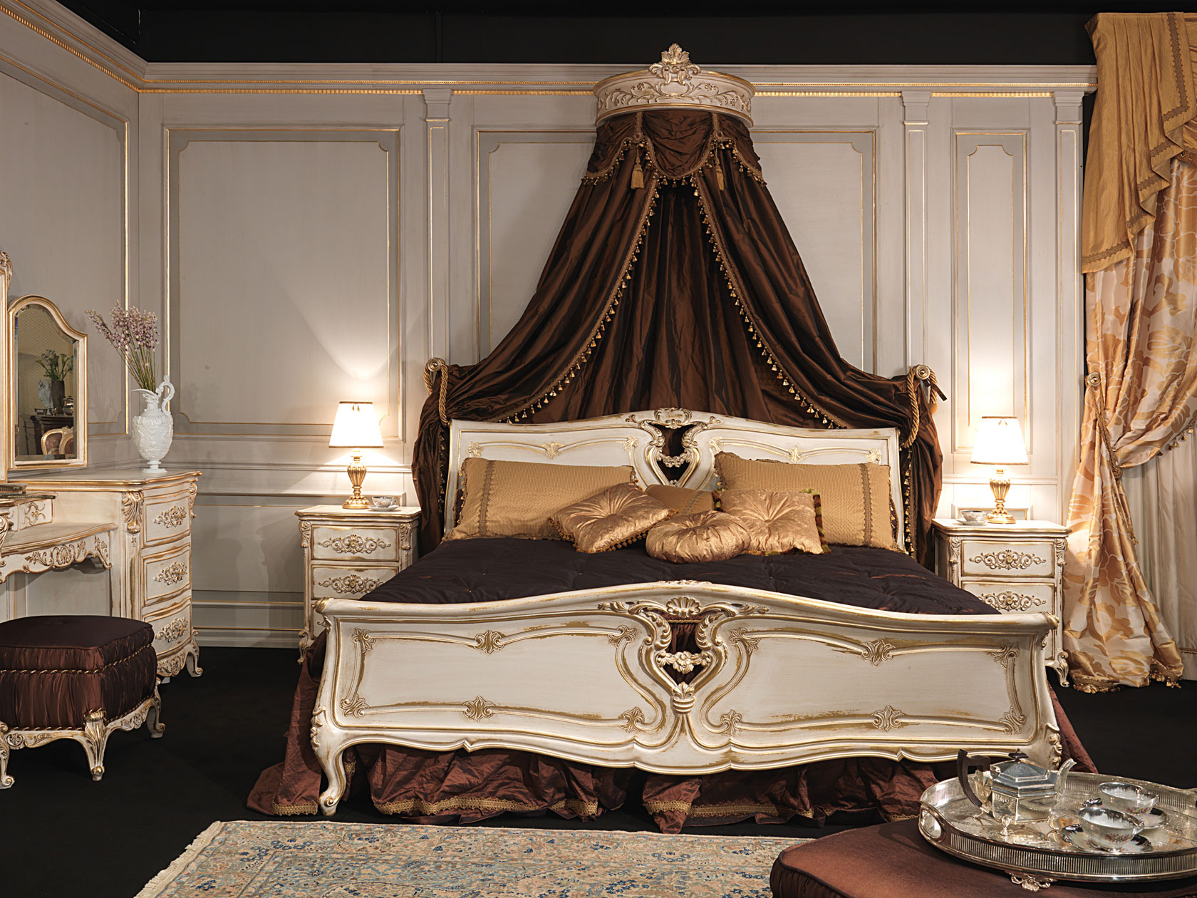 Camera da letto in stile Luigi XVI, letto in legno intagliato con baldacchino a parete, comodini ...