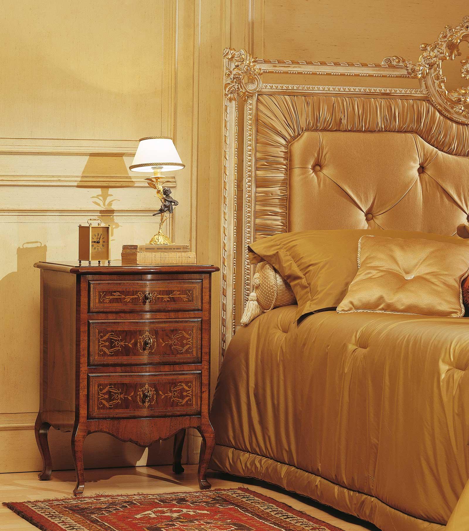 Camera da letto classica louvre comodino in noce finitura d 39 antiquariato letto capitonn - Camera da letto classica noce ...