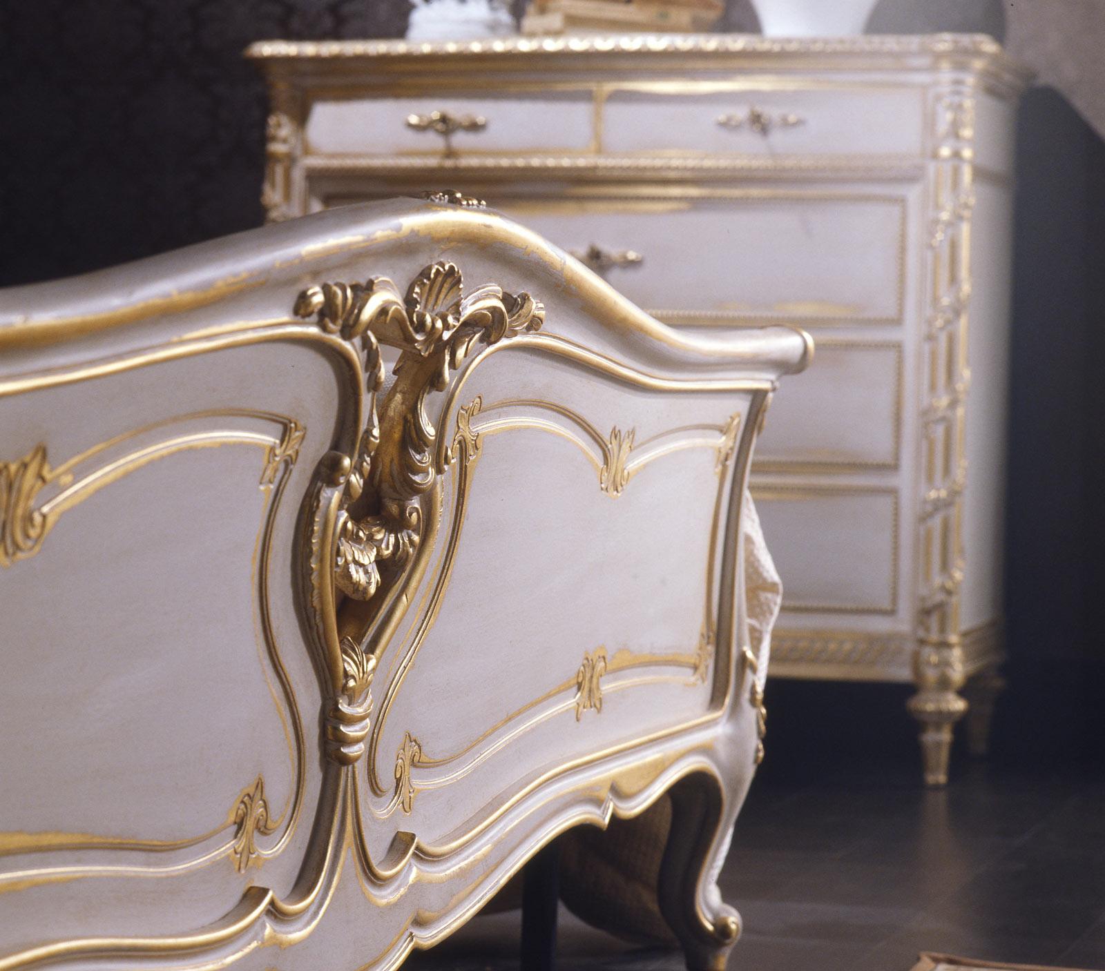 Camera da letto classica in stile Luigi XVI, letto e comò intagliati in legno bianco su oro ...