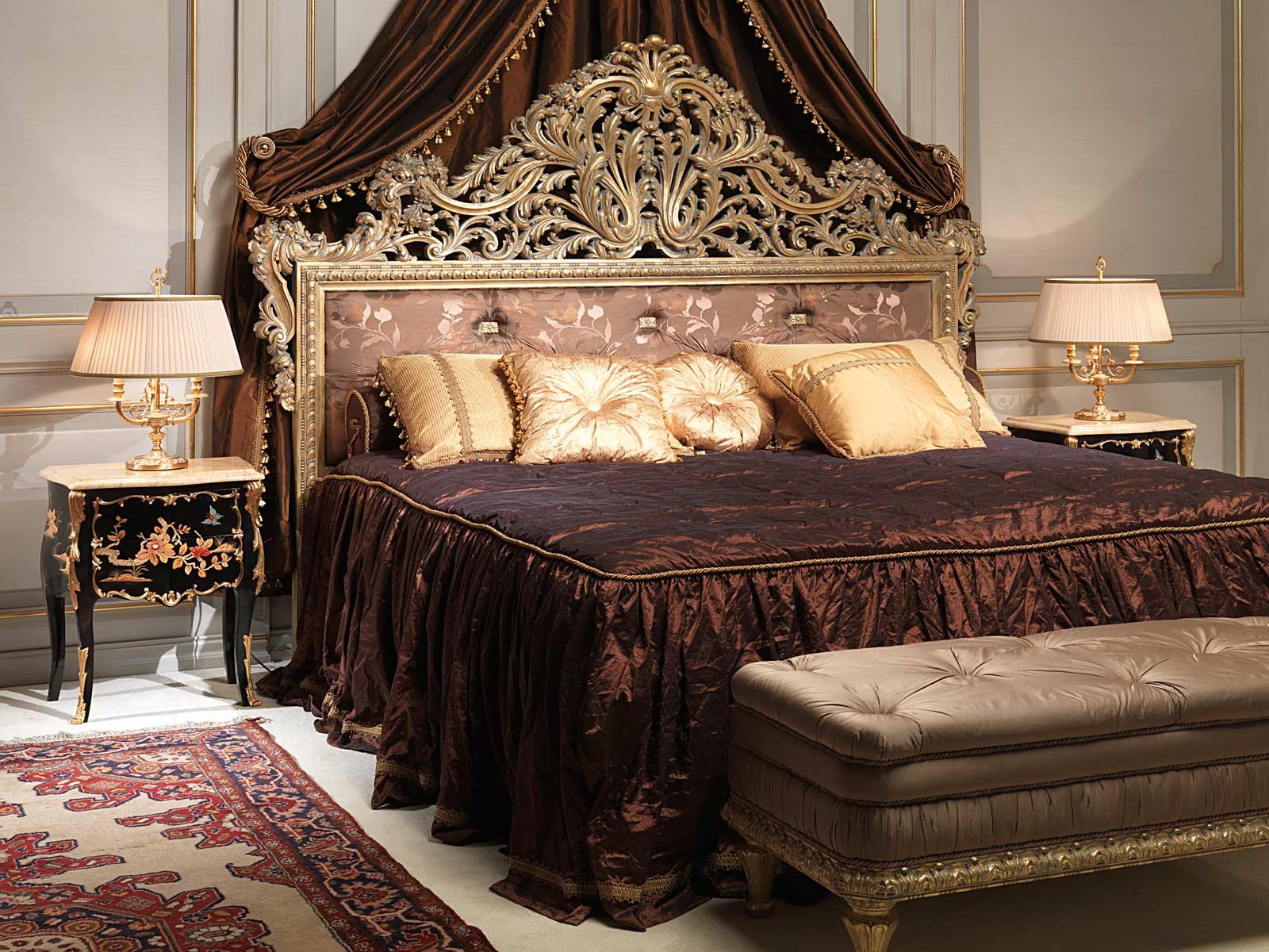 Camera da letto classica Emperador Gold, letto intagliato, comodini intarsiati, panca capitonné ...