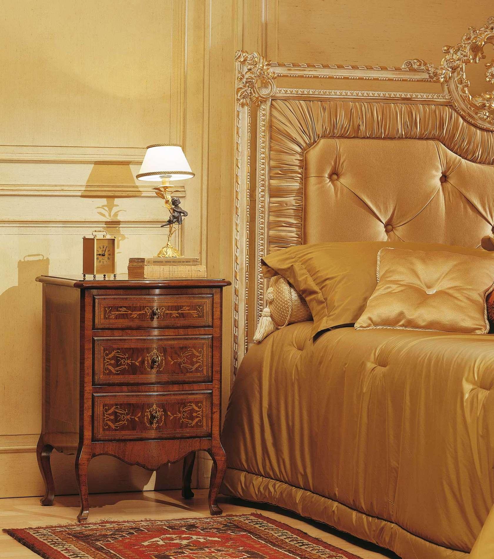 Camera da letto classica louvre comodino in noce finitura d 39 antiquariato letto capitonn - Camera da letto in noce ...