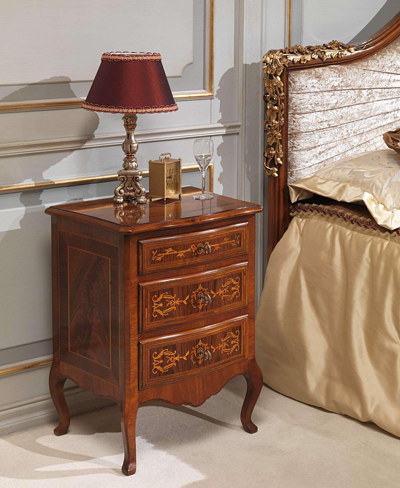 Camera da letto classica Louvre, comodino in noce con finitura d ...