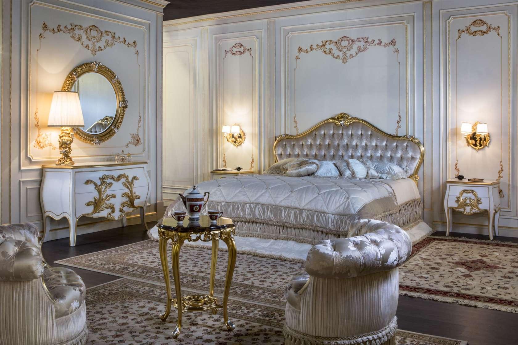 camera matrimoniale classica con particolari oro