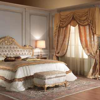 Classic bedroom 700 italiano: carved bed, cherywood chest of drawers and night table, gold mirror and upholtered bench