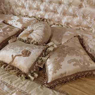 Cuscini in seta con passamanerie di lusso, tutto in lampasso di seta