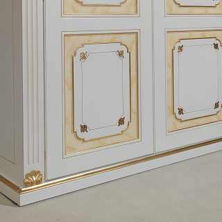 Classic modular wardrobe made in Italy, with carvings, golden details and pillars. Detail