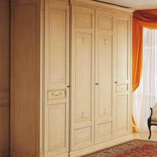 Canova classic collection: four doors wardrobe, anticated lacquered finish, carvings and golden details. Made in Italy
