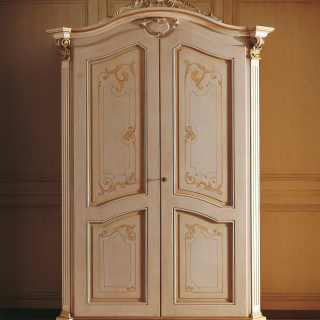 Classic wardrobe Settecento collection with carved pillars, top with cymatium, golden capitals