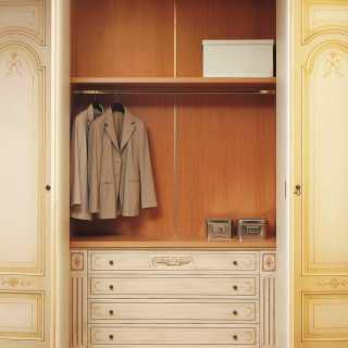 Classic wardrobe Canova: carved internal equipment. Made in Italy