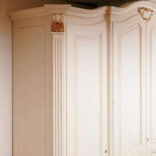 Classic wardrobe Settecento with carved pillars and golden capitals. Handmade in Italy