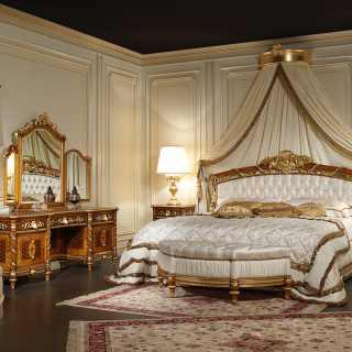Letto matrimoniale in noce con intagli foglia oro eseguiti a mano. Comodini e toilette in noce intarsiato e intagliato
