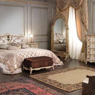 Mobili camera Luigi XVI con letto con testata capitonné e arredi intagliati, tutti in stile classico di lusso Luigi XVI
