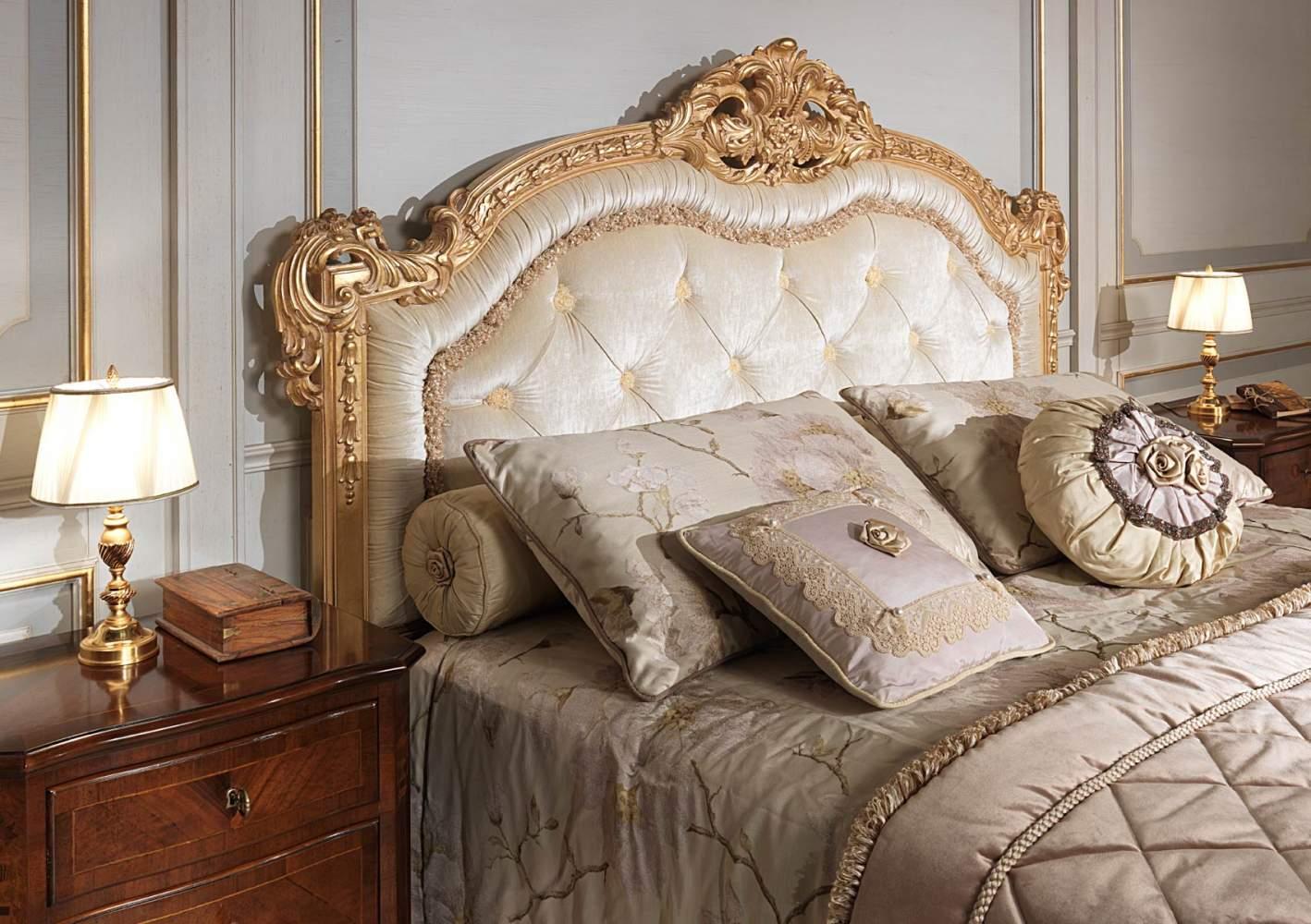 Camera da letto classica 800 francese, letto capitonné con intagli dorati