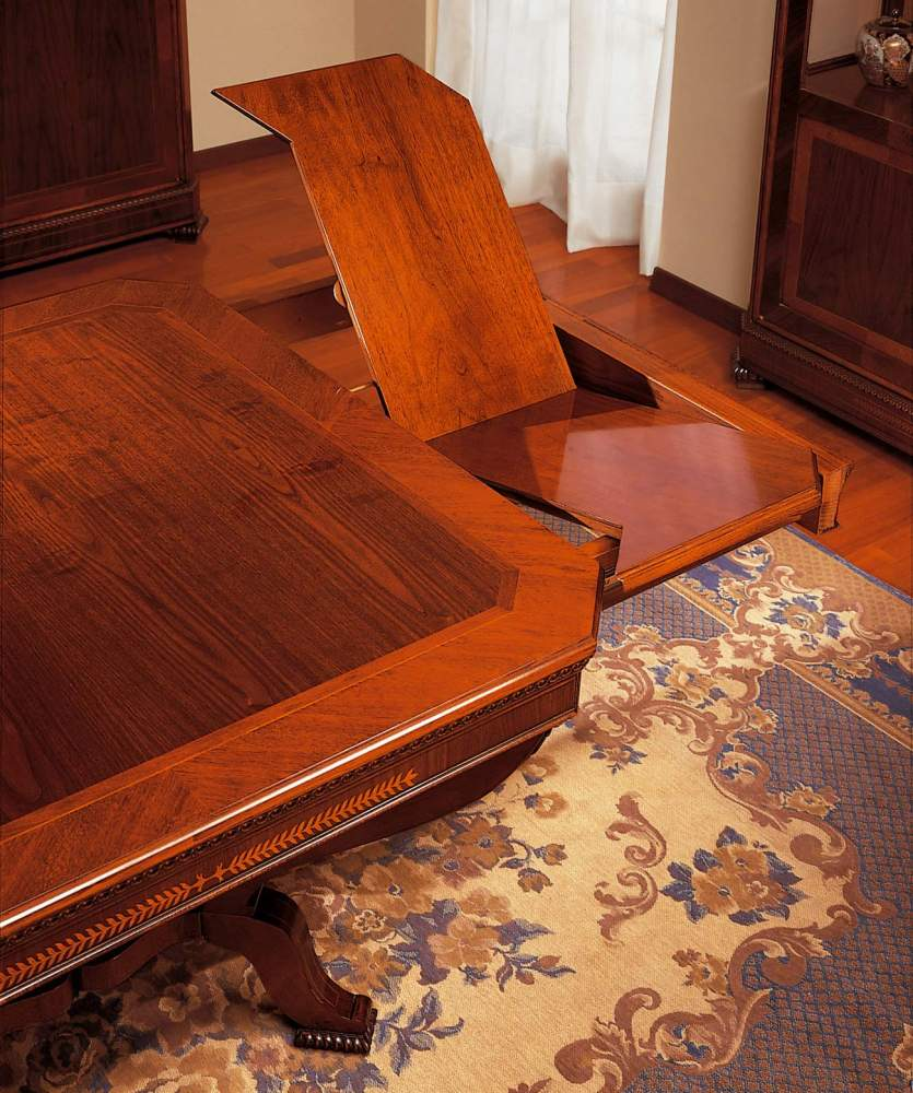 Tavolo classico in stile Carlo X, particolare