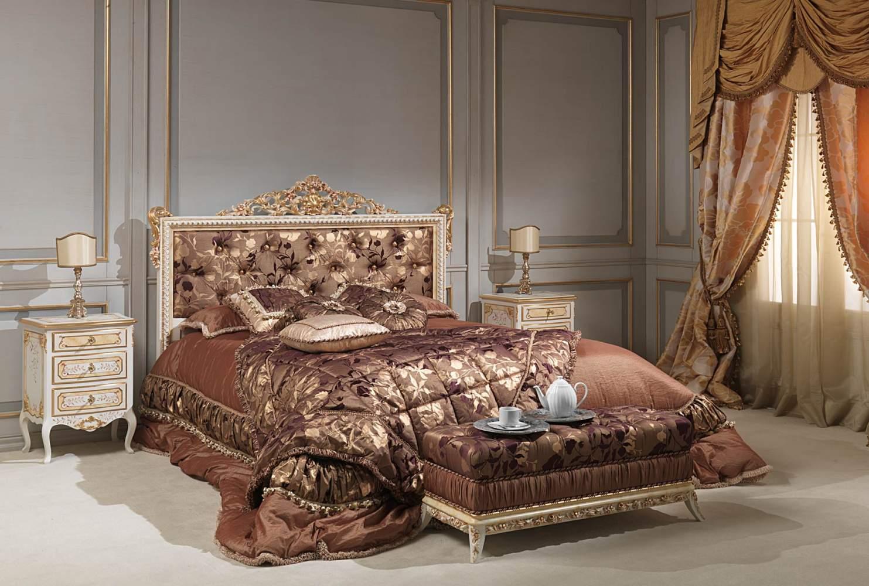 Camera da letto classica Louvre, letto capitonné avorio, comodini