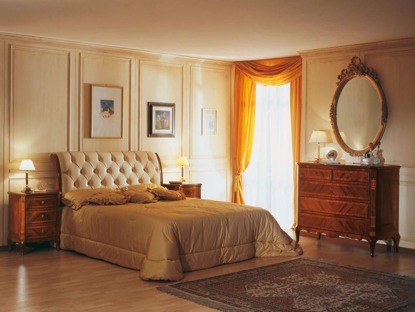 Camera da letto 800 francese, letto in pelle capitonné, specchiera ovale, comò in noce