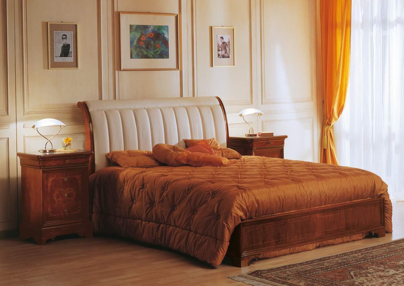 Camera 800 francese realizzata secondo i canoni degli stili classici, in legno di noce intarsiato