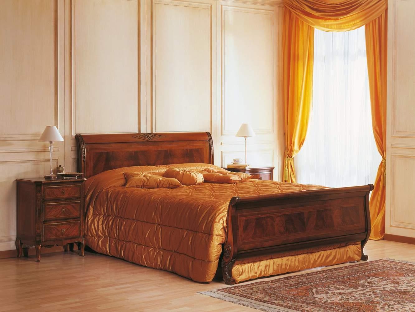 Camera in stile francese dell'800 con letto e comodini in noce intarsiato