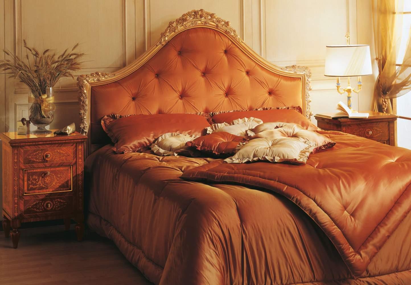 Camera da letto intarsiata della collezione Maggiolini, in legno di noce con intarsi in palissandro