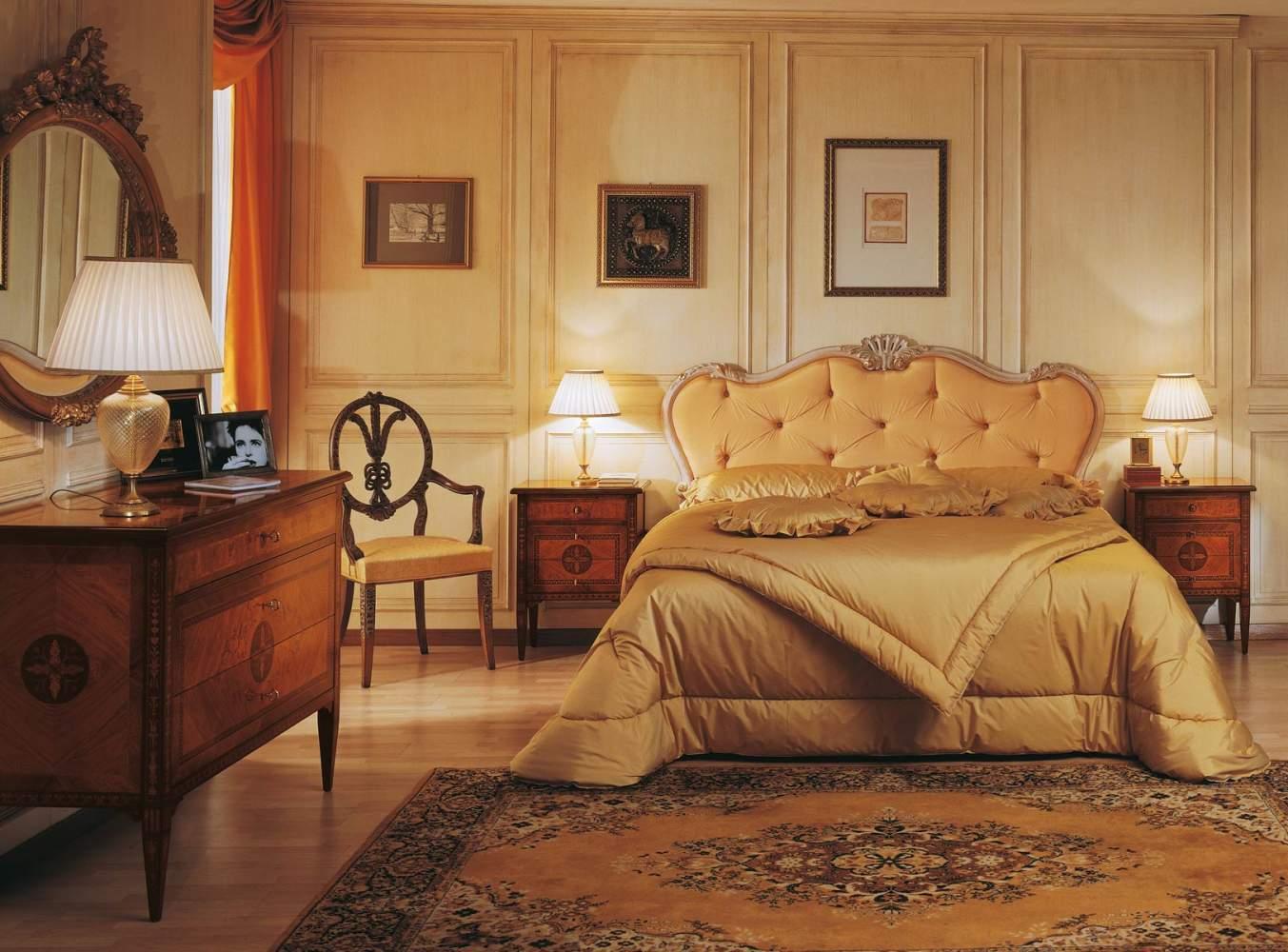 Camera in stile maggiolini con comò e comodini in noce riccamente intarsiati